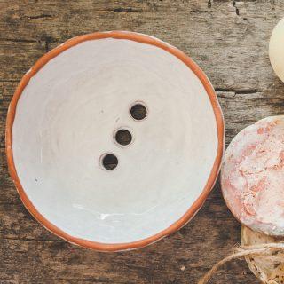 Apvali keraminė balta rankų darbo muilinė su skylutėmis vandeniui nutekėti. Pagaminta su meile Murdeko keramikos dirbtuvėje.