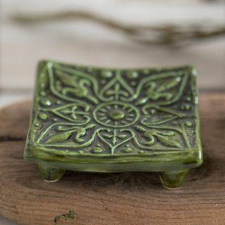 Kvadratinė žalia raštuota rankų darbo muilinė su kojelėmis. Pagaminta su meile Murdeko keramikos dirbtuvėje.