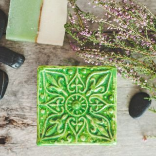 Kvadratinė žalsva raštuota rankų darbo muilinė su kojelėmis. Pagaminta su meile Murdeko keramikos dirbtuvėje.