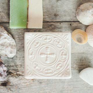Kvadratinė balta raštuota rankų darbo muilinė su kojelėmis. Pagaminta su meile Murdeko keramikos dirbtuvėje.