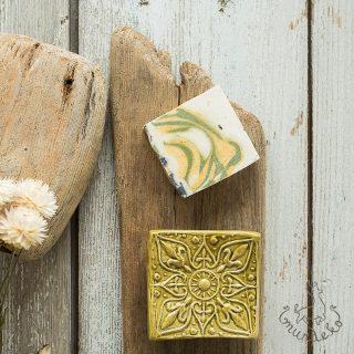 Kvadratinė gelsva raštuota rankų darbo muilinė su kojelėmis. Pagaminta su meile Murdeko keramikos dirbtuvėje.