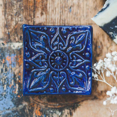 Kvadratinė mėlyna raštuota rankų darbo muilinė su kojelėmis. Pagaminta su meile Murdeko keramikos dirbtuvėje.