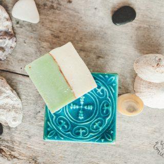 Kvadratinė melsva raštuota rankų darbo muilinė su kojelėmis. Pagaminta su meile Murdeko keramikos dirbtuvėje.