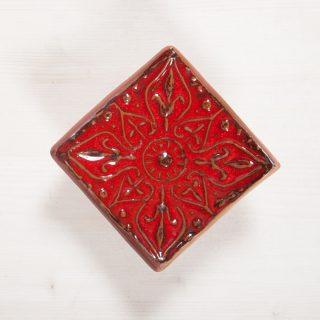 Kvadratinė raudona gėlė raštuota rankų darbo muilinė su kojelėmis. Pagaminta su meile Murdeko keramikos dirbtuvėje.