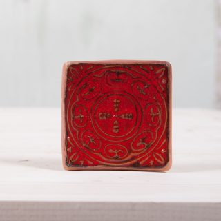 Kvadratinė raudona raštuota rankų darbo muilinė su kojelėmis. Pagaminta su meile Murdeko keramikos dirbtuvėje.