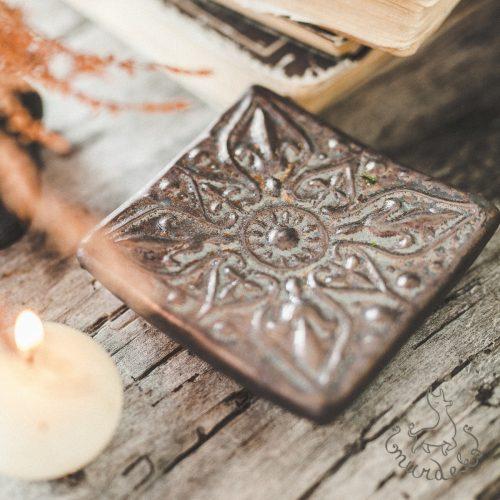 Kvadratinė tamsi raštuota rankų darbo muilinė su kojelėmis. Pagaminta su meile Murdeko keramikos dirbtuvėje.
