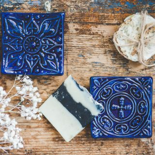 Kvadratinės mėlynos raštuotos rankų darbo muilinės su kojelėmis. Pagaminta su meile Murdeko keramikos dirbtuvėje.