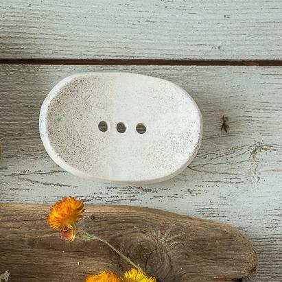 Ovali šviesi lygi rankų darbo keraminė muilinė su skylutėmis vandeniui nutekėti. Pagaminta su meile Murdeko keramikos dirbtuvėje.