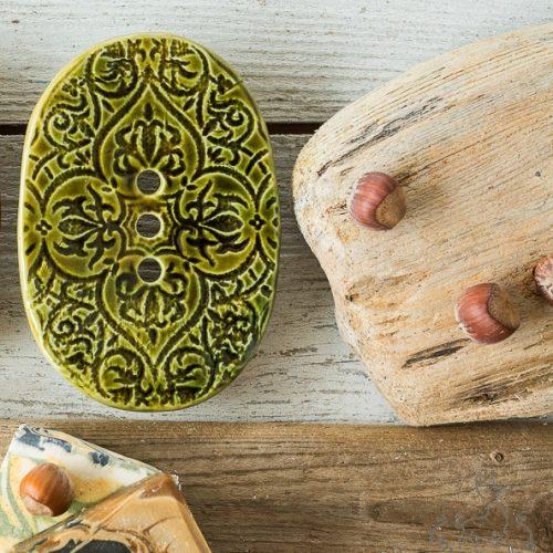 Ovali žalia raštuota rankų darbo keraminė muilinė su skylutėmis vandeniui nutekėti. Pagaminta su meile Murdeko keramikos dirbtuvėje.