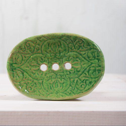 Ovali žalsva raštuota rankų darbo keraminė muilinė su skylutėmis vandeniui nutekėti. Pagaminta su meile Murdeko keramikos dirbtuvėje.
