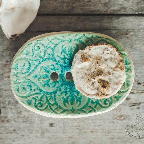 Ovali žydra raštuota rankų darbo keraminė muilinė su skylutėmis vandeniui nutekėti. Pagaminta su meile Murdeko keramikos dirbtuvėje.