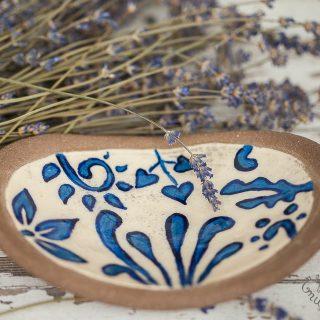 Ovali gėlėta rankų darbo keraminė muilinė su kojelėmis. Pagaminta su meile Murdeko keramikos dirbtuvėje.
