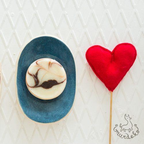 Ovali mėlyna rankų darbo keraminė muilinė su skylutėmis vandeniui nutekėti. Pagaminta su meile Murdeko keramikos dirbtuvėje.