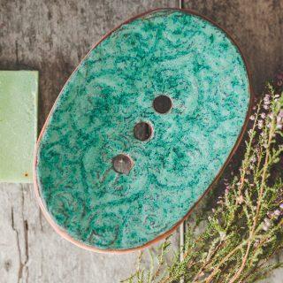 Ovali melsva rankų darbo keraminė muilinė su skylutėmis vandeniui nutekėti. Pagaminta su meile Murdeko keramikos dirbtuvėje.