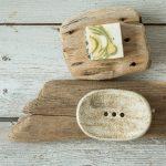 Ovali pilka rankų darbo keraminė muilinė su skylutėmis vandeniui nutekėti. Pagaminta su meile Murdeko keramikos dirbtuvėje.