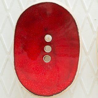 Ovali raudona lygi rankų darbo keraminė muilinė su skylutėmis vandeniui nutekėti. Pagaminta su meile Murdeko keramikos dirbtuvėje.