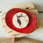 Ovali raudona raštuota rankų darbo keraminė muilinė su skylutėmis vandeniui nutekėti. Pagaminta su meile Murdeko keramikos dirbtuvėje.