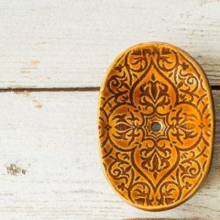Ovali rusva raštuota rankų darbo keraminė muilinė su skylutėmis vandeniui nutekėti. Pagaminta su meile Murdeko keramikos dirbtuvėje.