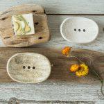 Ovalios šviesios lygios rankų darbo keraminės muilinės su skylutėmis vandeniui nutekėti. Pagaminta su meile Murdeko keramikos dirbtuvėje.