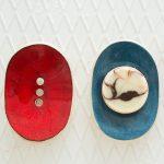 Ovalios raudona mėlyna lygios rankų darbo keraminės muilinės su skylutėmis vandeniui nutekėti. Pagaminta su meile Murdeko keramikos dirbtuvėje.