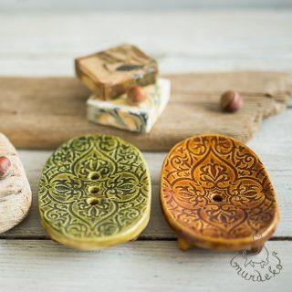 Ovalios rusva žalia raštuotos rankų darbo keraminės muilinės su skylutėmis vandeniui nutekėti. Pagaminta su meile Murdeko keramikos dirbtuvėje.