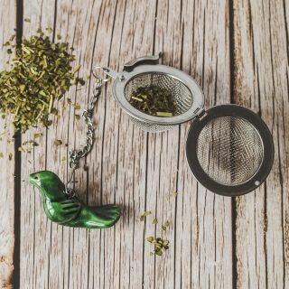 Birios arbatos sietelis su žaliu paukšteliu. Puiki dovana mėgstantiems gerti plikomą arbatą. Pagaminta su meile Murdeko keramikos dirbtuvėje.