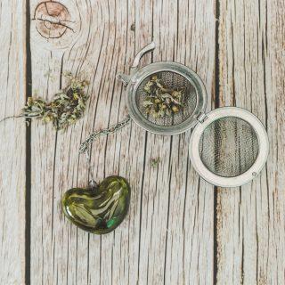 Birios arbatos sietelis su žalsva širdele. Puiki dovana mėgstantiems gerti plikomą arbatą. Pagaminta su meile Murdeko keramikos dirbtuvėje.