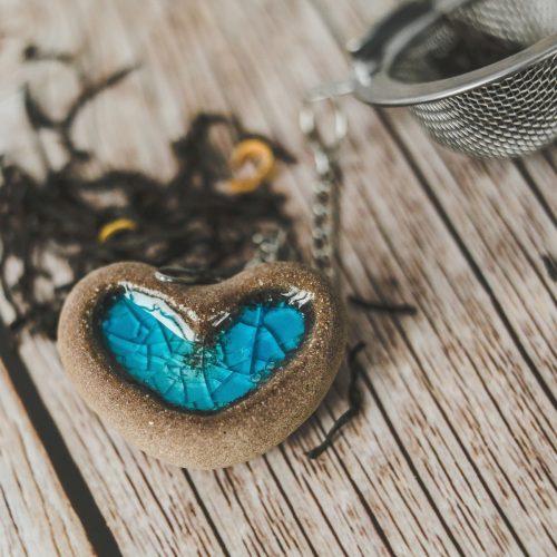Birios arbatos sietelis su žydra širdele. Puiki dovana mėgstantiems gerti plikomą arbatą. Pagaminta su meile Murdeko keramikos dirbtuvėje.