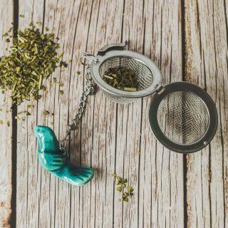 Birios arbatos sietelis su žydru paukšteliu. Puiki dovana mėgstantiems gerti plikomą arbatą. Pagaminta su meile Murdeko keramikos dirbtuvėje.