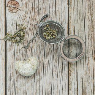 Birios arbatos sietelis su balta keramine širdele. Puiki dovana mėgstantiems gerti plikomą arbatą.