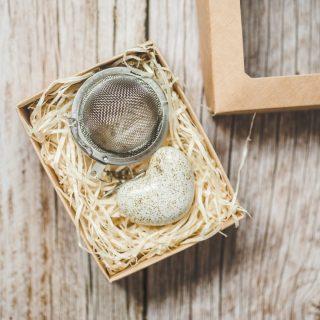 Birios arbatos sietelis su balta keramine širdele. Puiki dovana mėgstantiems gerti plikomą arbatą. Pagaminta su meile Murdeko keramikos dirbtuvėje.