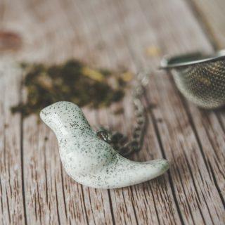 Birios arbatos sietelis su baltu keraminiu paukšteliu. Puiki dovana mėgstantiems gerti plikomą arbatą. Pagaminta su meile Murdeko keramikos dirbtuvėje.