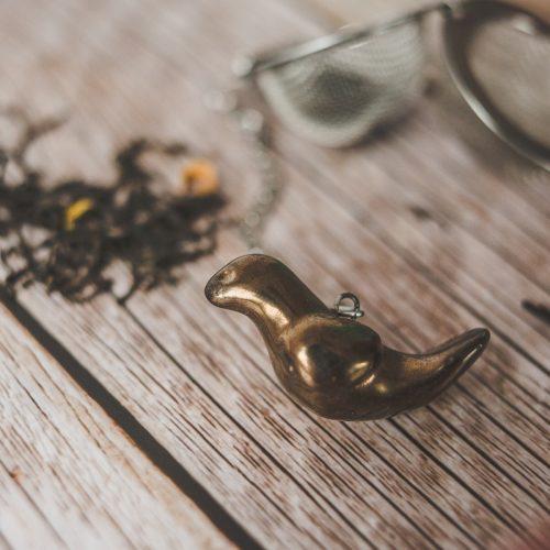 Birios arbatos sietelis su bronzos spalvos paukšteliu. Puiki dovana mėgstantiems gerti plikomą arbatą. Pagaminta su meile Murdeko keramikos dirbtuvėje.