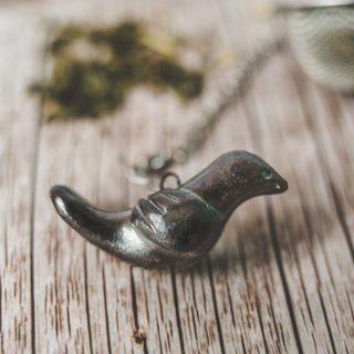 Birios arbatos sietelis su geležies spalvos paukšteliu. Puiki dovana mėgstantiems gerti plikomą arbatą. Pagaminta su meile Murdeko keramikos dirbtuvėje.