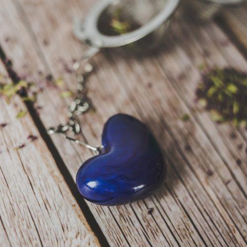 Birios arbatos sietelis su mėlyna širdele. Puiki dovana mėgstantiems gerti plikomą arbatą. Pagaminta su meile Murdeko keramikos dirbtuvėje.