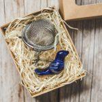 Birios arbatos sietelis su mėlynu paukšteliu. Puiki dovana mėgstantiems gerti plikomą arbatą. Pagaminta su meile Murdeko keramikos dirbtuvėje.
