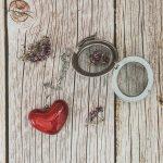 Birios arbatos sietelis su raudona širdele. Puiki dovana mėgstantiems gerti plikomą arbatą. Pagaminta su meile Murdeko keramikos dirbtuvėje.