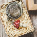 Birios arbatos sietelis su raudonu grybu. Puiki dovana mėgstantiems gerti plikomą arbatą. Pagaminta su meile Murdeko keramikos dirbtuvėje.