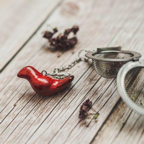 Birios arbatos sietelis su raudonu paukšteliu. Puiki dovana mėgstantiems gerti plikomą arbatą. Pagaminta su meile Murdeko keramikos dirbtuvėje.