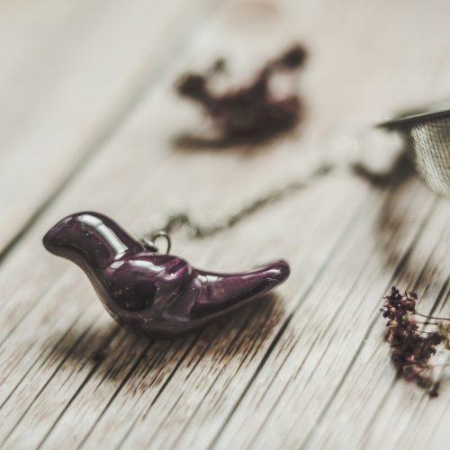 Birios arbatos sietelis su violetiniu paukšteliu. Puiki dovana mėgstantiems gerti plikomą arbatą. Pagaminta su meile Murdeko keramikos dirbtuvėje.