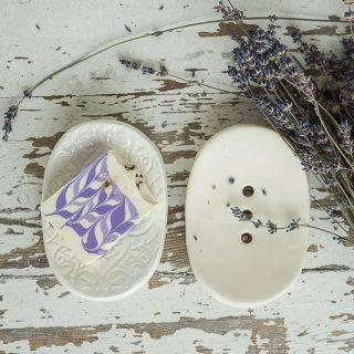 Ovalios baltos rankų darbo keraminės muilinės su skylutėmis vandeniui nutekėti. Pagaminta su meile Murdeko keramikos dirbtuvėje.
