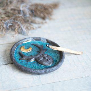 Apskrita tamsaus molio smilkalinė su paauksuotu mėnuliu iš Murdeko keramikos studijos. Lėkštelė tinkama smilkalų lazdelėms, Palo Santo medienai, dervoms smilkinti.