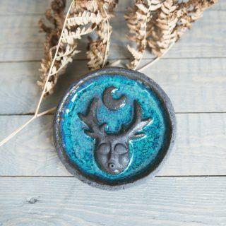 Apskrita tamsaus molio keraminė smilkalinė padengta mėlyna glazūra iš Murdeko keramikos studijos. Lėkštelė tinkama smilkalų lazdelėms, Palo Santo medienai, dervoms smilkinti.