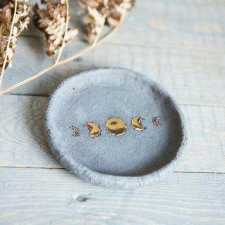 Apskrita tamsaus molio paauksuota lėkštelė smilkalams iš Murdeko keramikos studijos. Smilkalinė tinkama smilkalų lazdelėms, Palo Santo medienai, dervoms smilkinti.
