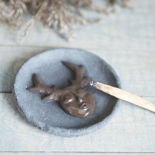 Apskrita tamsaus molio lėkštutė smilkalams iš Murdeko keramikos studijos. Smilkalinė tinkama smilkalų lazdelėms, Palo Santo medienai, dervoms smilkinti.