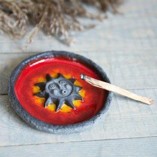 Tamsaus molio laikiklis smilkalams dengtas raudona glazūra iš Murdeko keramikos studijos. Smilkalinė tinkama smilkalų lazdelėms, Palo Santo medienai, dervoms smilkinti.