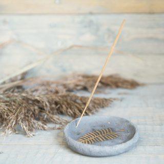 Tamsaus molio smilkalų lėkštelė su paauksuotu lapu iš Murdeko keramikos studijos. Smilkalinė tinkama smilkalų lazdelėms, Palo Santo medienai, dervoms smilkinti.