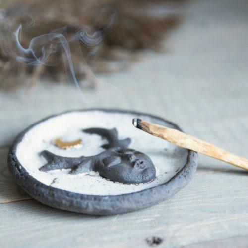 Tamsaus molio smilkalų lėkštutė su paauksuotu mėnuliu iš Murdeko keramikos studijos. Smilkalinė tinkama smilkalų lazdelėms, Palo Santo medienai, dervoms smilkinti.