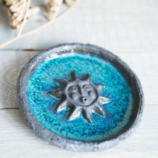 Tamsaus molio smilkalų laikiklis dengtas mėlyna glazūra iš Murdeko keramikos studijos. Smilkalinė tinkama smilkalų lazdelėms, Palo Santo medienai, dervoms smilkinti.