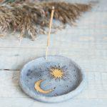 Tamsaus molio apskrita auksuota smilkalinė iš Murdeko keramikos studijos. Smilkalų lėkštutė tinkama smilkalų lazdelėms, Palo Santo medienai, dervoms smilkinti.